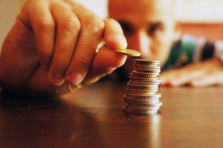 Изображение - Помощь юриста по кредитным вопросам wsi-imageoptim-Man-Counting-Coins